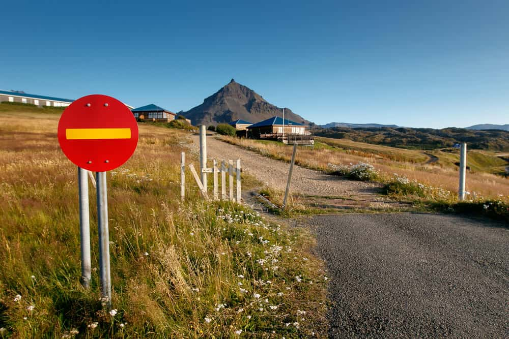 No entry sign in Iceland needs to be more present in roads for tourism to be aware of restrictions
