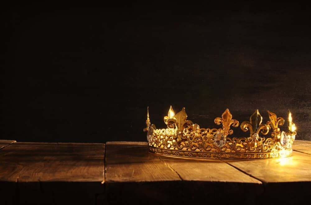 Crown showing king that caused Iceland to convert to Christianity